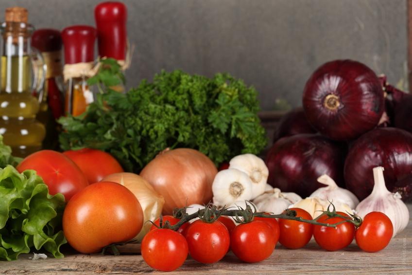 Brodo-vegetale-pomodori-aglio-cipolle